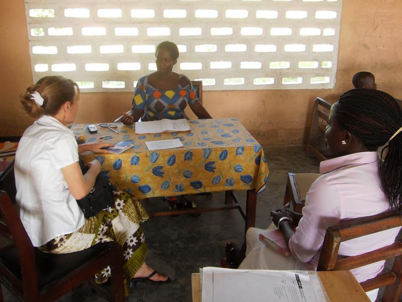 Judith im Gespräch mit einer Lehrerein
