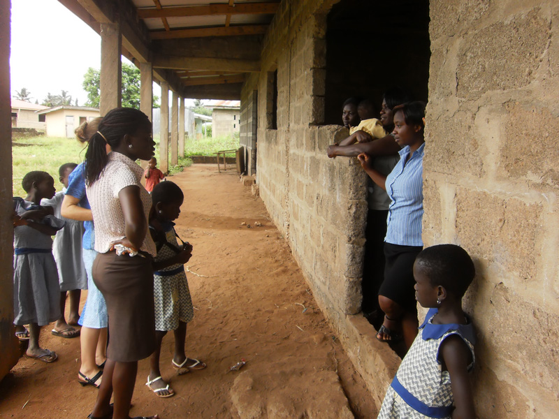 Sozialarbeiterin Faida beim Besuch Lucia´s Schule