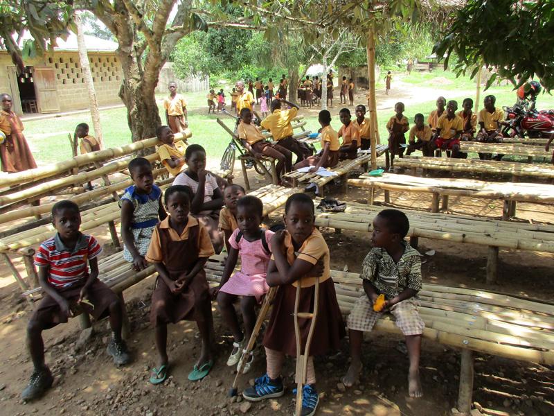 Schulkinder in Nobi, einem kleinen Buschdorf
