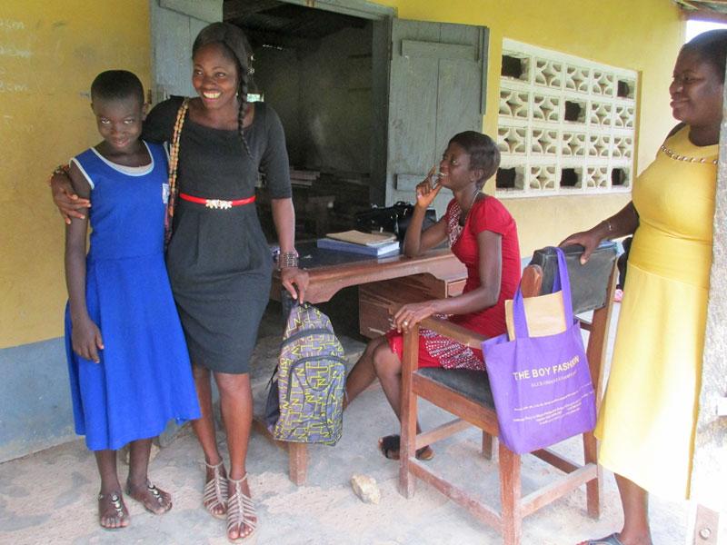 Sozialarbeiterin beim Besuch einer Patin in der Schule