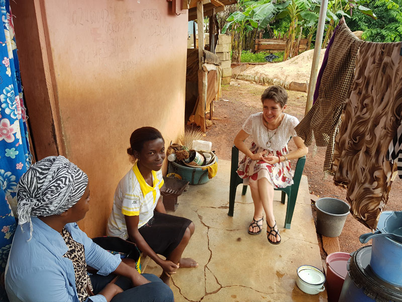 Judith zu Besuch bei Adjoah. Sie wird vom Verein unterstützt.