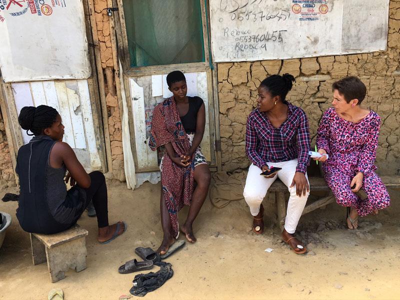 Judith und Faida bei der Betreuung von jungen Frauen, die Unterstützung von der NGO erhalten