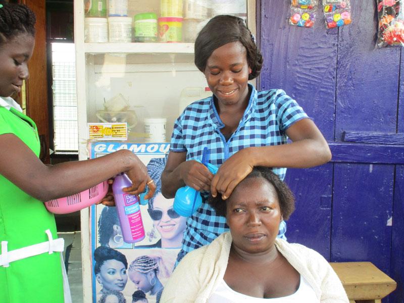 Grace bei der Ausbildung zur Friseurin