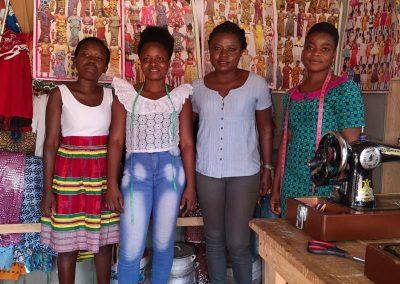Leticia mit Faida und zwei ihrer Auszubildenden